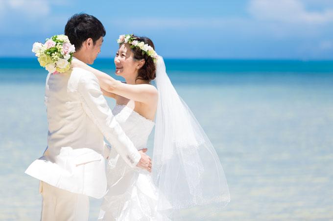 花嫁の優しい笑顔が映える澄んだ海