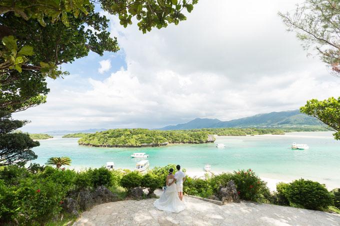 風光明媚な景色を見渡せる石垣島の景勝地「川平湾」でのウェディングフォト
