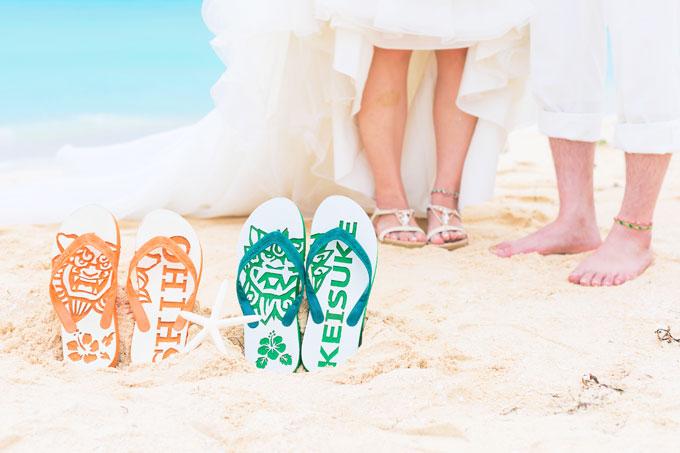 沖縄の定番・シーサーのサンダルと一緒に足元カット