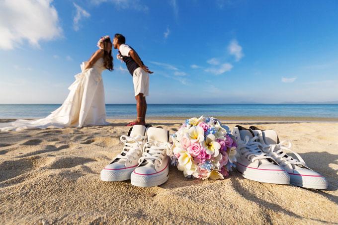 沖縄のビーチにスニーカーを置いてキス