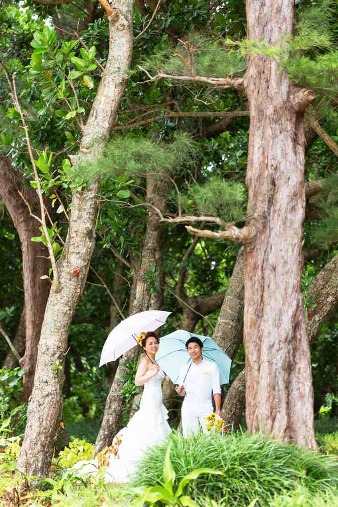 ペアグッズとして傘を持ち寄り雨天ならではのフォトウェディング
