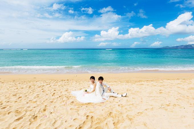 沖縄のビーチでフォトウェディング