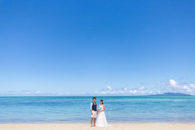 青い空と海に包まれるタバガービーチでのフォトウェディング
