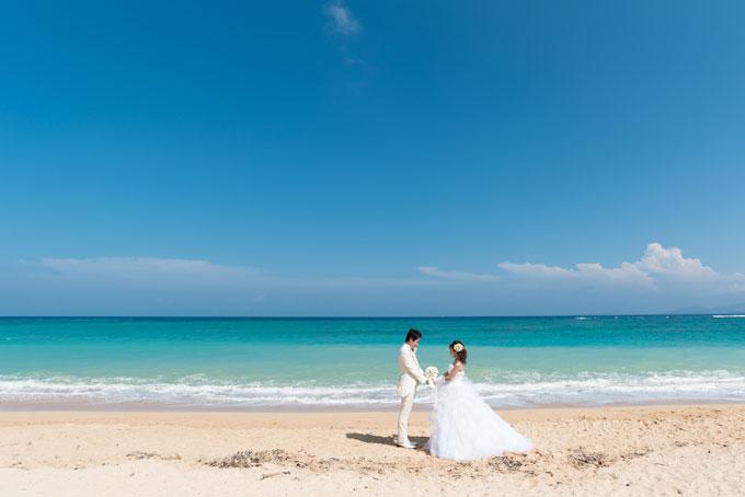 沖縄のビーチで波音を聞きながらフォトウェディングを