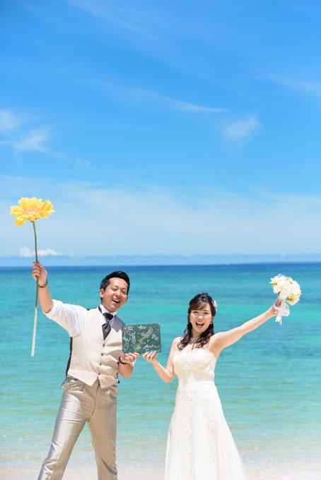 青い空と海に白と黄色の花のコントラストが美しく映える