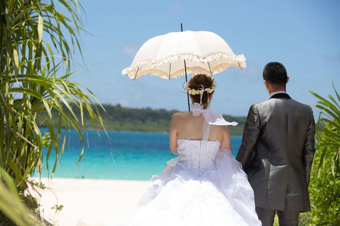 宮古島の与那覇前浜ビーチは緑の草木から視界が開けると極上の青が広がる