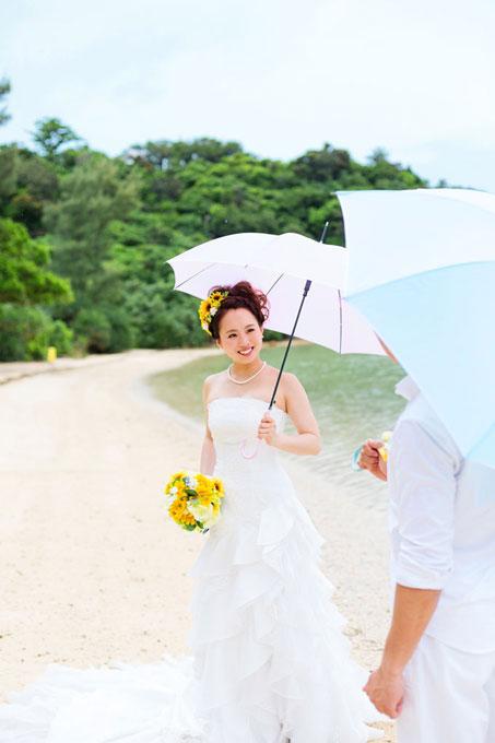 雨の中色違いの傘をさしてビーチフォト