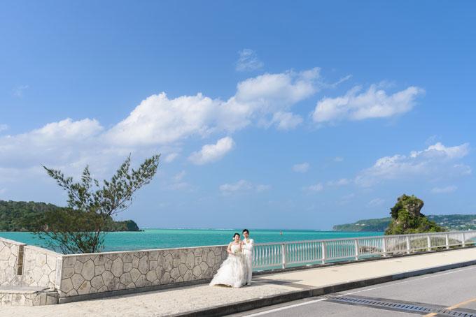 青空とエメラルドグリーンの海が望める絶景の古宇利大橋でフォトウェディング