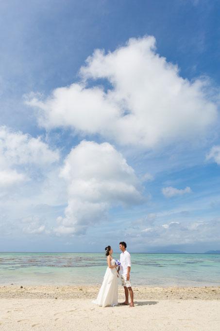 青い空と海に祝福される石垣島の砂浜で特別なひと時を過ごして