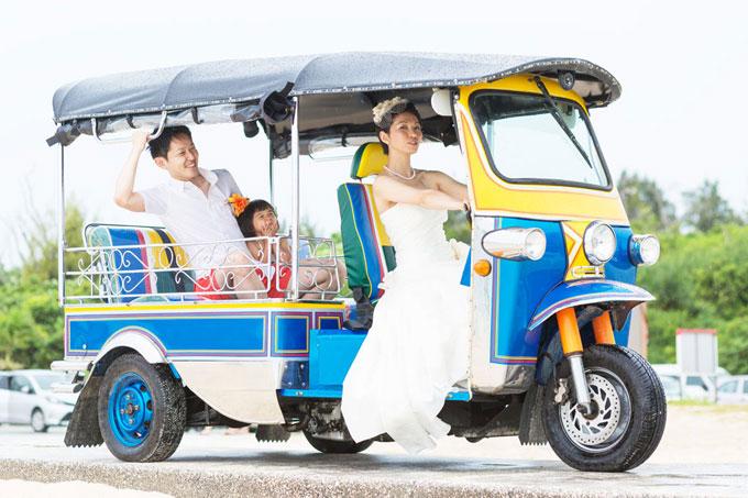 カラフルなトゥクトゥクに乗って沖縄のビーチでフォトウェディング