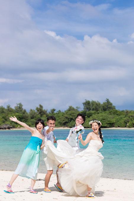川平湾の多島美を眺めながら友人達と過ごす楽しいひと時