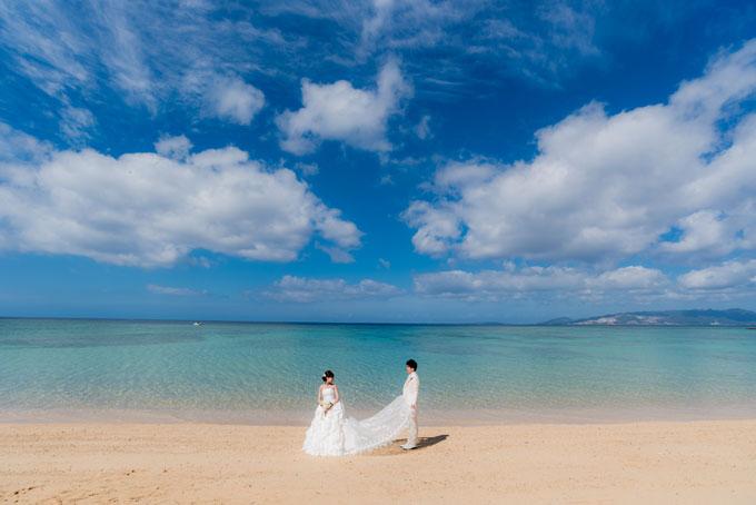 青く澄み渡る空と穏やかな波紋が広がる沖縄の海の優しいひととき