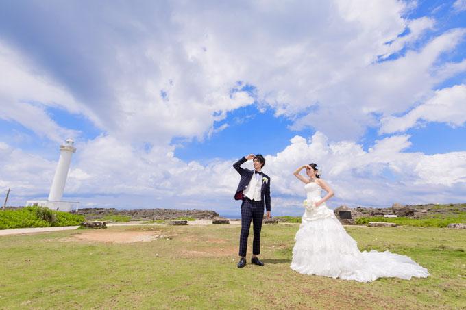 残波岬 入道雲と灯台が青空に映える迫力のショット