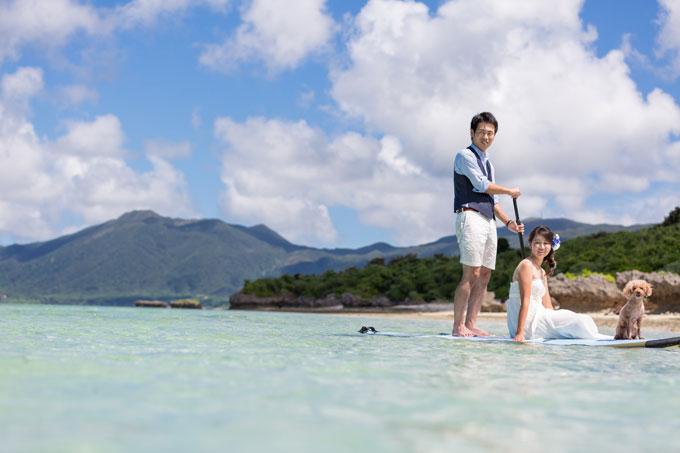 石垣島のタバガービーチでSUPに乗るふたりとわんこ