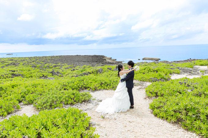 残波岬 海を望む丘で見つめあう