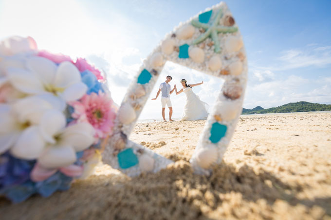 石垣島のビーチでフォトフレームを使って撮影シーンを演出