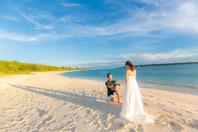 砂浜を横向きに撮影するフォトウェディングは人がほとんどいない状況でないと難しいので、やっぱり冬がおすすめ