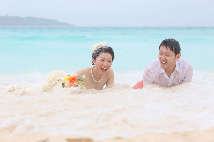 大人も大はしゃぎの沖縄でトラッシュザドレスウェディング