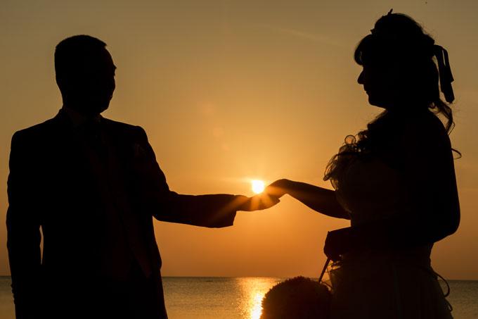 沖縄のビーチで、茜色に輝く夕日を指輪にしてプレゼント