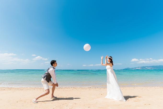 沖縄のビーチでウェディングドレスのまま青春の汗を流すビーチバレー