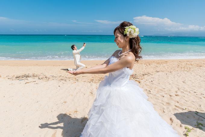 花嫁の手のひらでプロポーズをする可愛らしいトリックフォト