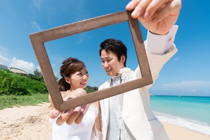 沖縄の海と豊かな自然をフォトフレームに収めたフォトウェディング
