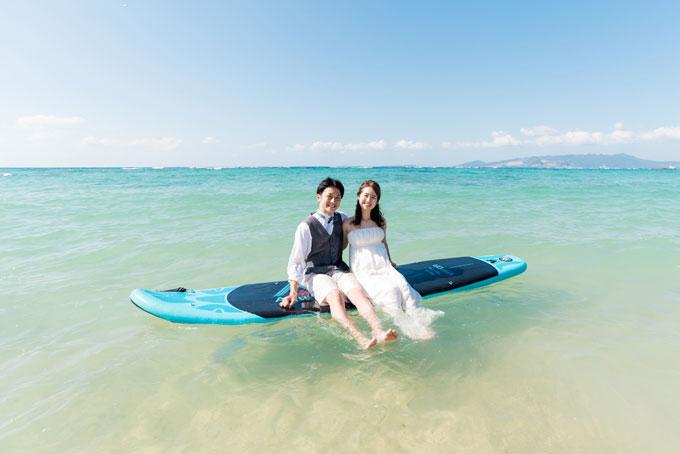 沖縄の海をSUPに乗って優雅にふたりだけの時間を