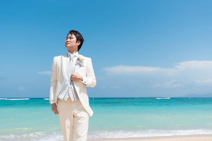 青く澄んだ沖縄の海を背に、新郎も爽やかなフォトウェディングを