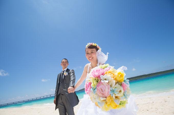 宮古島の海にカラフルなブーケが映える爽やかなフォトウェディング