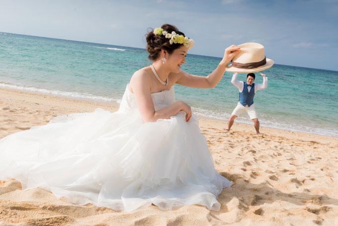 沖縄のビーチでストローハットを使ったトリックフォトを