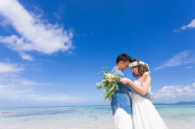 沖縄の海を背景にしたロケーションでフォトウェディング
