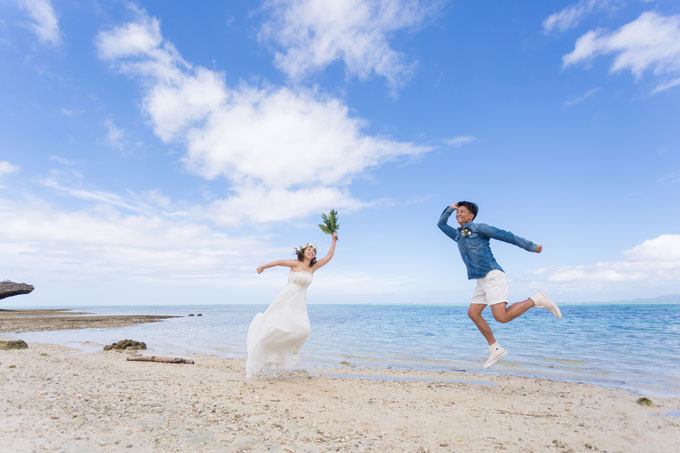 石垣島の美しい背景に大ジャンプ!楽しい気持ちをフォトウェディングに