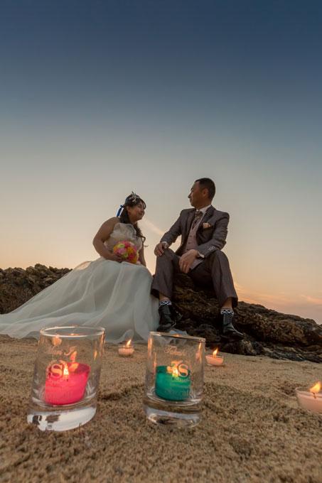 沖縄のビーチでロマンチックなサンセットフォトウェディング