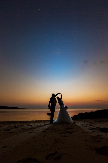 ダンスを踊るシルエットが美しい沖縄でのサンセットフォト