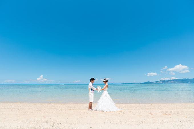 沖縄の真っ青な快晴のもと、愛を誓うフォトウェディング