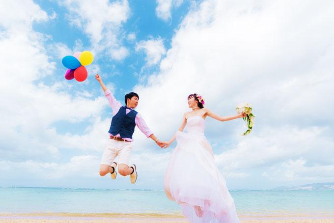 沖縄のビーチで撮影するバルーンを使ったキュートなフォトウェディング