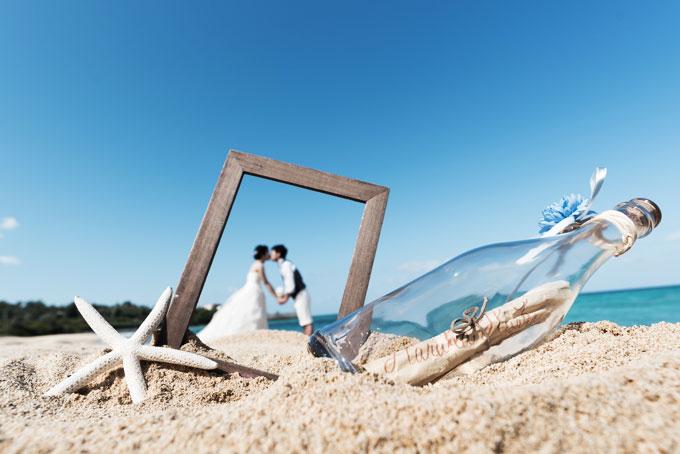 沖縄のビーチでマリンテイストな小物を使ったフレームフォト