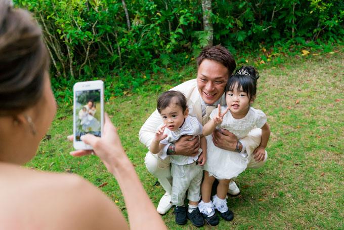 ガーデンの緑に囲まれた空間で子供たちと撮影するフォトインフォト