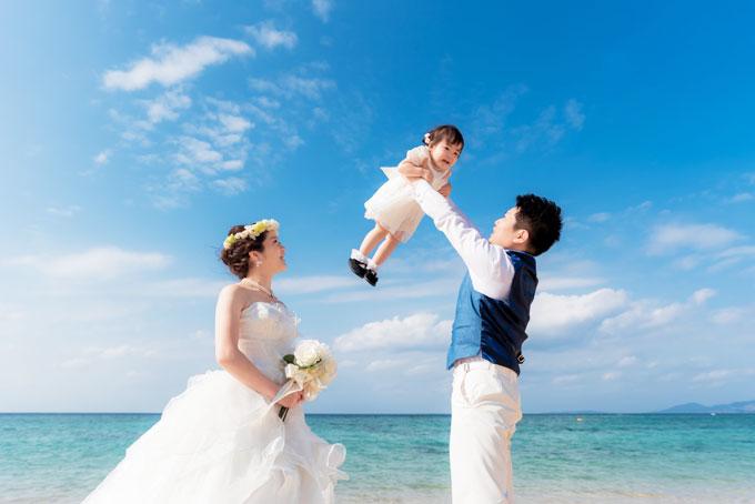 高い高~~~い!沖縄に広がる真っ青な空を飛んでいるかのようなフォトウェディング