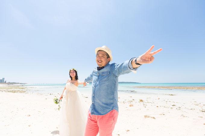彼も宮古島のビーチで、ノリノリのピースサイン♪