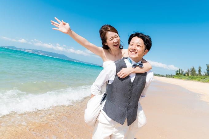 おんぶフォトで沖縄の風を感じるフォトウェディングに