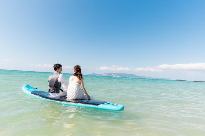 贅沢に沖縄の海の真ん中で、ふたり見つめあうラブラブショット