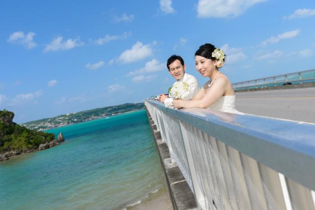 古宇利島大橋でのウェディングフォト 沖縄ウェディングオンライン