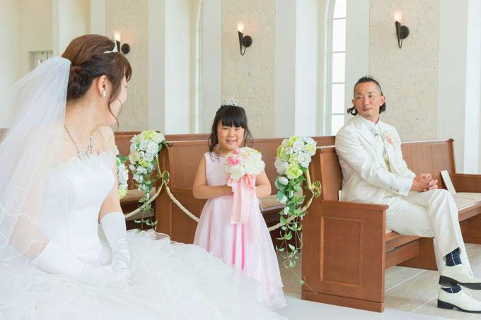沖縄のチャペル「セントアンドリュース」で優しいまなざしに包まれて愛娘も笑顔に