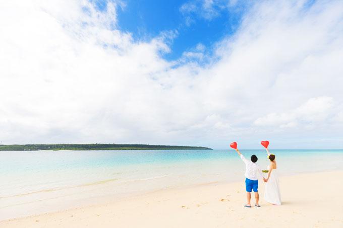 宮古島のビーチでハートのバルーンを使ったラブリーなフォトウェディング