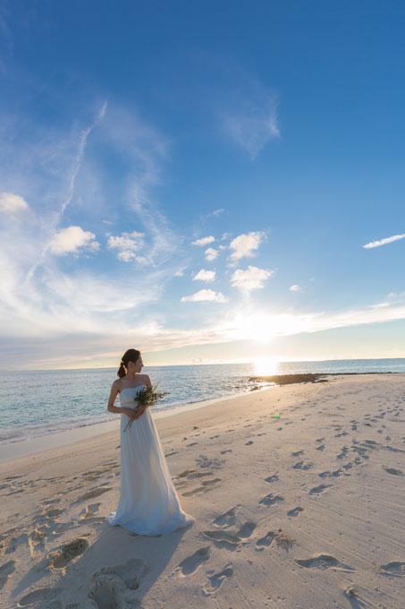 宮古島のビーチが幻想的な光に包まれるサンセットフォト