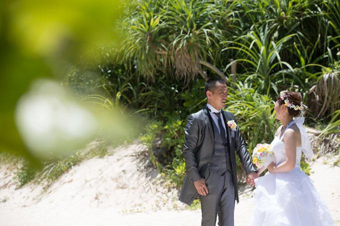 宮古島のビーチで撮影する温かみあるグリーンフォト