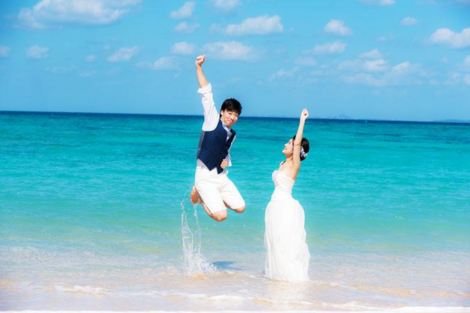 水しぶきをあげながら、全力ジャンプ!トラッシュザドレスでフォトウェディング