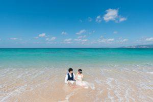 遠浅の海だからできるビーチサイドに座って撮影するショット