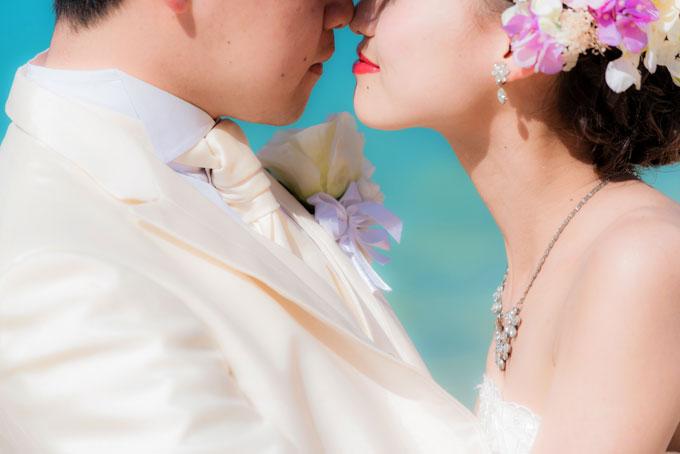 鼻同士のキスでロマンチックなフォトウェディングに